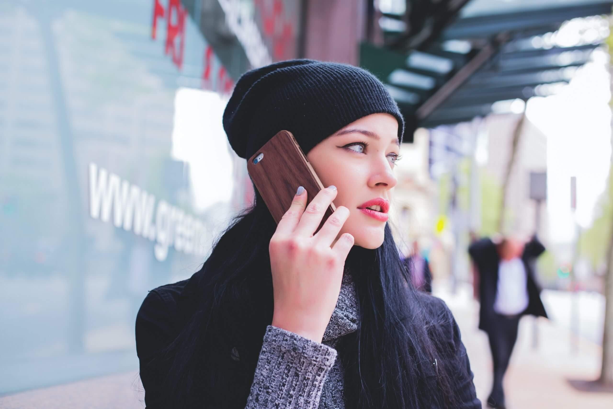 携帯で話す女
