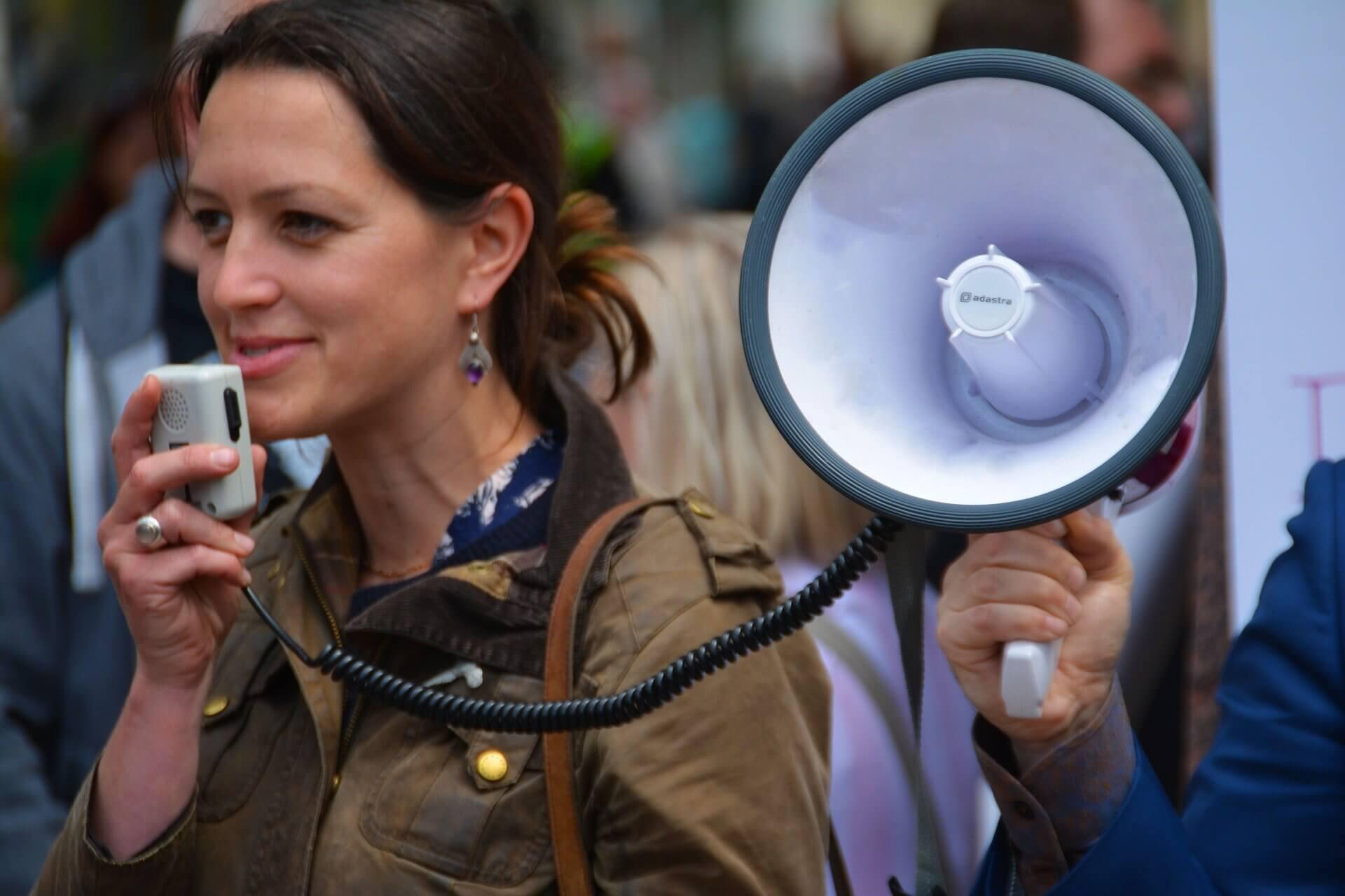 拡声器で話す女