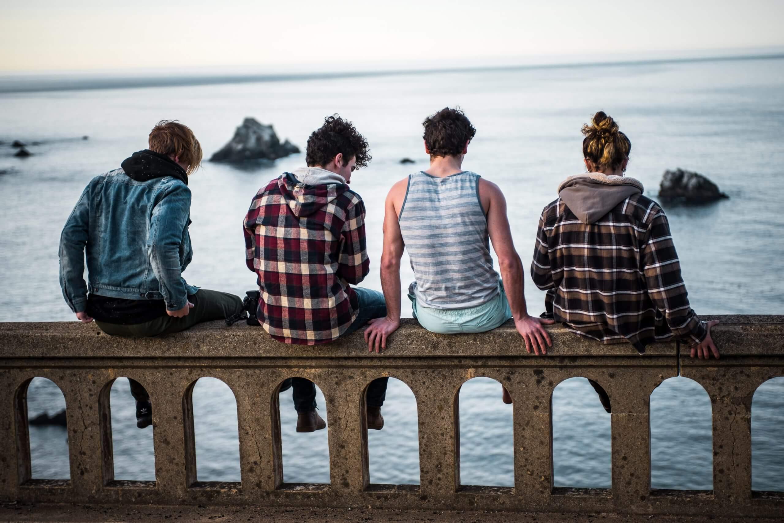 座る若者たち