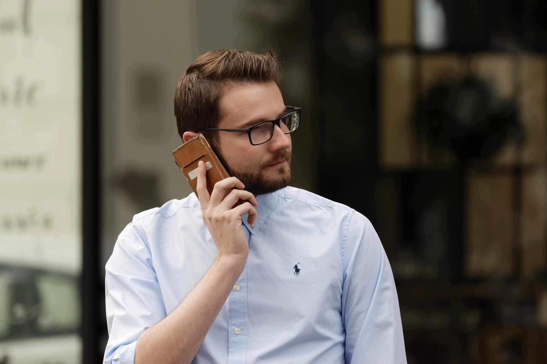 携帯で話す男