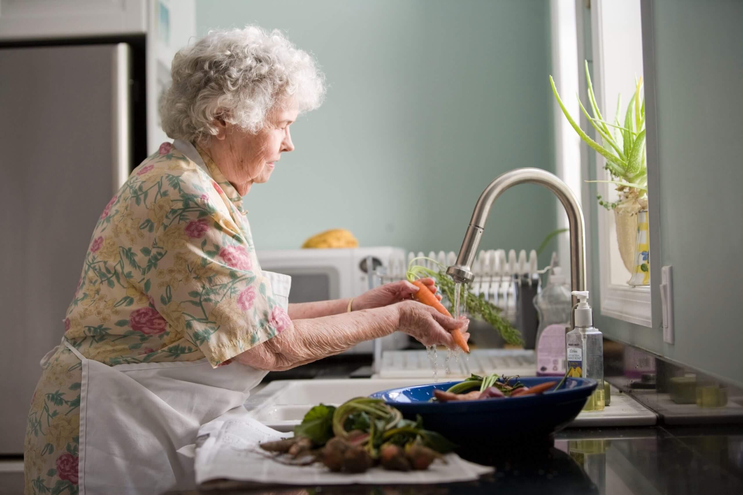 野菜を洗う老女