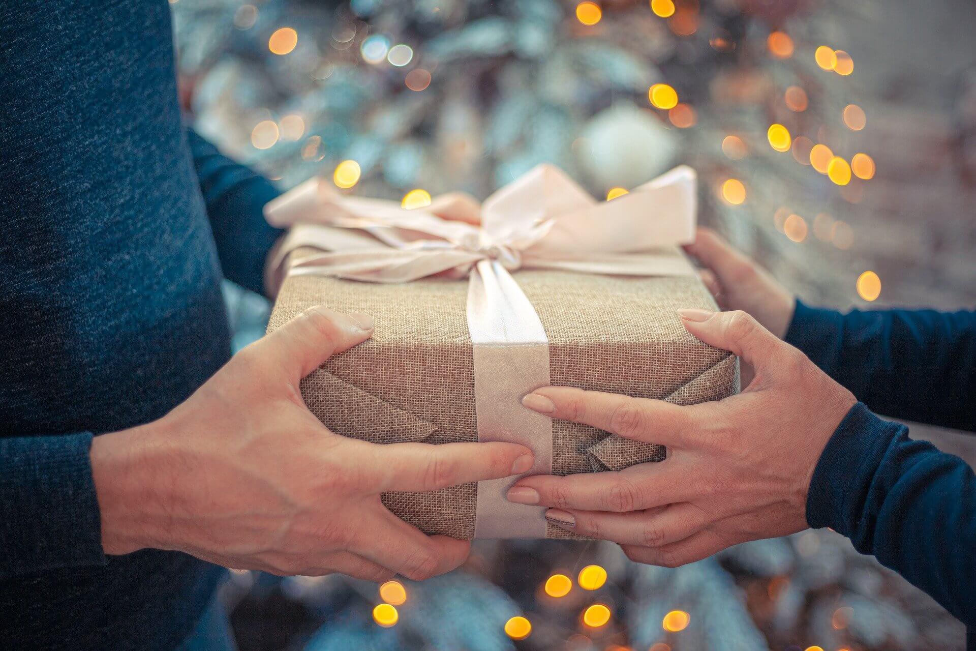 贈り物を渡す