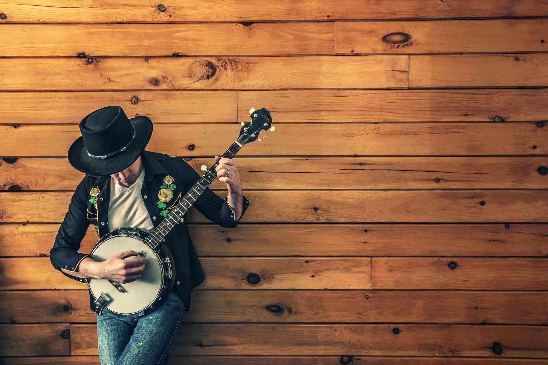 楽器を弾く男