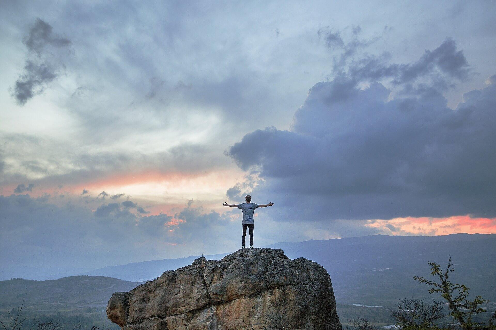 岩の上の男