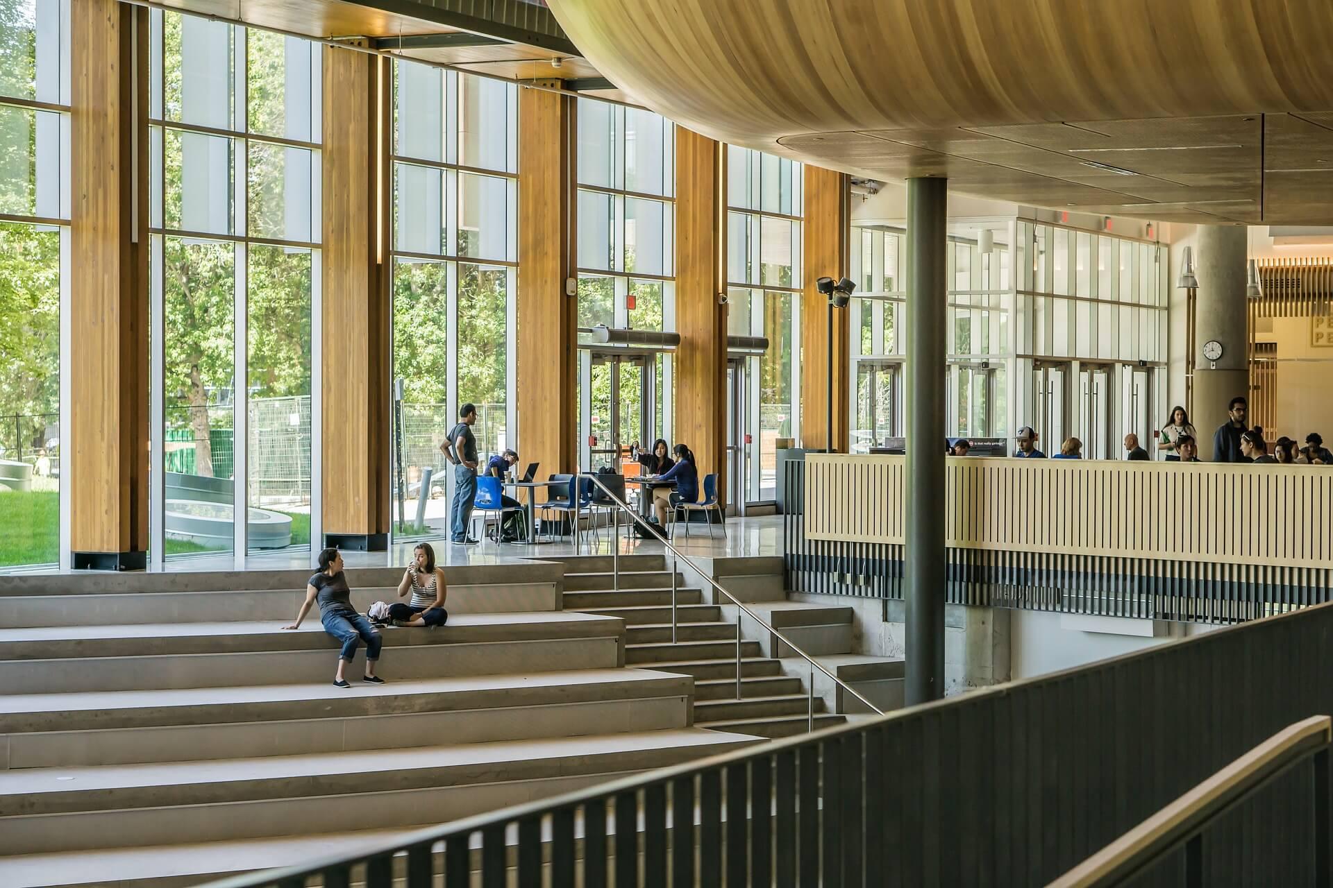 大学の建物の中