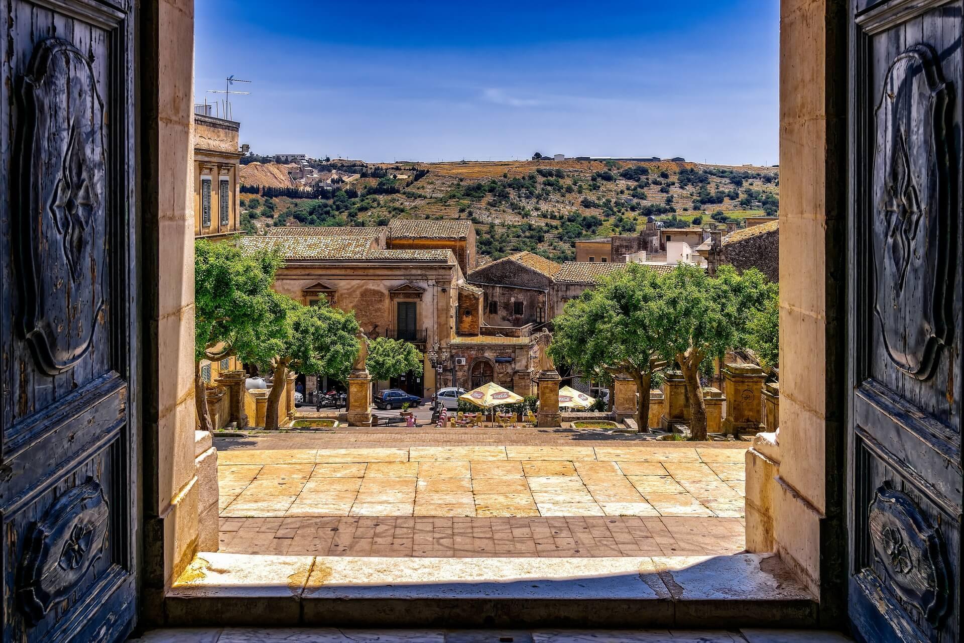 門から見える景色